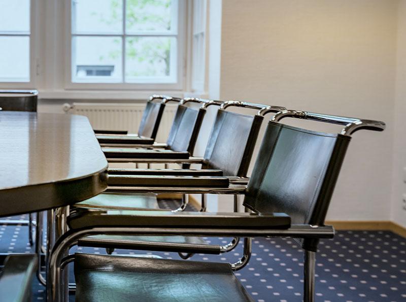 Stühle im Besprechungsraum